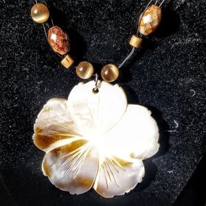 Jewelry - Vintage Abalone Flower beaded necklace